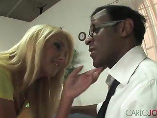 Чёрный преподаватель выебал студентку блондинку после пар в аудитории