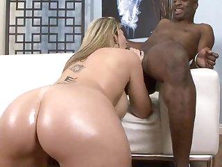 Африканский мужчина и женщина 40 лет жарко занимаются еблей на диване