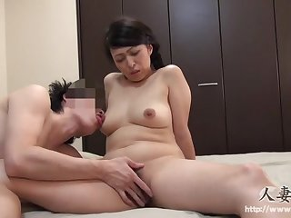 45 летняя японская сучка хорошенько выебана игрушкой в волосатую пизду