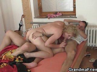 Соседские два мужик и женщина решили попробовать заняться сексом втроем