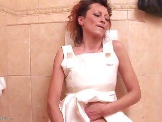 40 летнюю женщину в туалете глубоко выебали в ротик