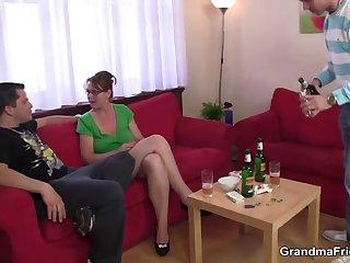 Двое мужчин и женщина трахаются на диване после бурной пьянки