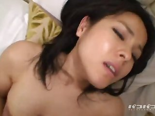 Смазливая японская нимфа нежно стонет от секса, раздвинув ножки в чулках