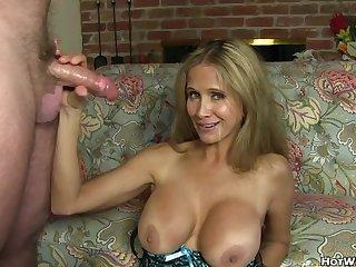 Возбуждающий оральный секс с милой грудастой мильфой
