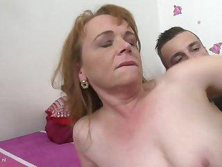 Обнаженная рыжая потаскуха в спальне занимается любовью с 20 летним парнем