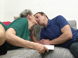 Старая бабенка в чулках соблазнила на кровати своего молодого квартиранта