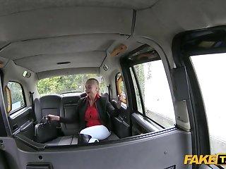 Таксист в машине на заднем сидении выебал длинноногую белокурую девушку