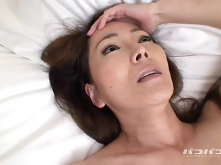 Стройная японская мамка получает оргазм от мастурбации игрушками