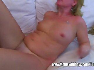 Жаркий вагинальный секс с пожилой теткой в роскошной спальне