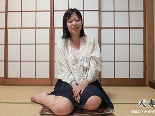 Смазливая японская красотка в белых трусиках дает мужчине в разных позах
