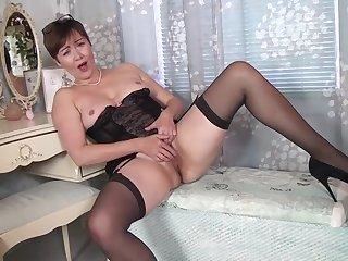 Японская мамка в чулках сексуально ласкает свой клитор пальцем