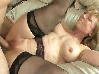 Очаровательная женщина совращает парня на огромной кровати