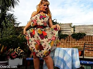 Сочная длинноволосая женщина устроила великолепную мастурбацию на свежем воздухе