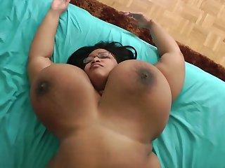 Пышная латинская девушка позирует в обнаженном виде в спальне