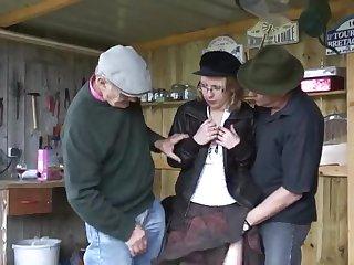 Старый мужик со своим лучшим другом трахнули в задницу молодую проститутку