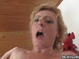 Зрелая матюрка не поволила молодому парню ебать в спальне надувную игрушку