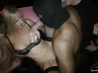 Толпа мужиков в баре выебали длинноногую сексуальную шлюху