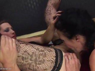 Порно видео зрелые лесби трахаются втроем с худым пацаном на кровати