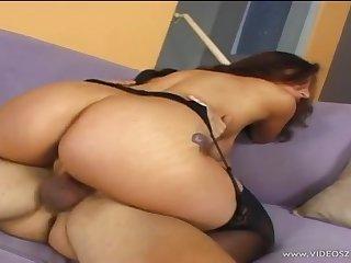 Одинокая зрелая женщина отблагодарила соседа вкусным сексом на диване