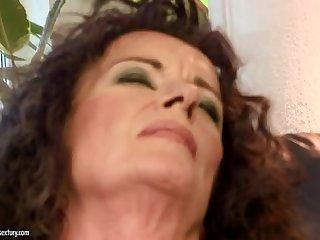 Пожилая бабенка выебала дилдаком в пизду свою длинноволосую молодую подружку