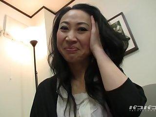 Знойная старая японка позволила пощупать свои зрелые сиськи перед камерой