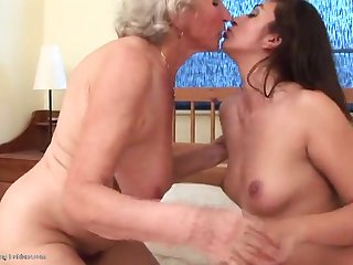 Старая хозяйка застала свою молодую квартирантку за мастурбацией в спальне