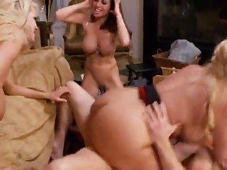 Голые женщины за 40 устроили групповой секс с тощим мужчиной на кровати
