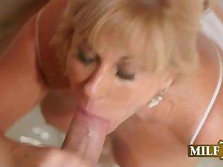 Возбуждающее оральное порно с грудастой матюркой в тёплой ванной