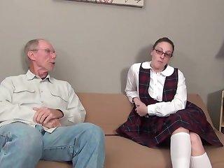 Хитрый седой старик выебал раком свою молодую прислужницу в юбке