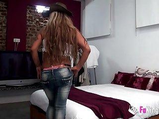 Старая испанка показала свои зрелые сиськи и трахнулась с любовником на кровати