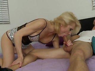 Великолепное оральное порно со зрелой соседкой на кровати
