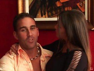 Развратные свингерские пары устроили на диване групповую еблю