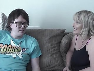 Зрелая развратница склоняет к сексу молодого ботаника в очках