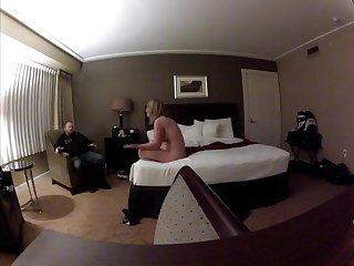 Зрелые муж и жена занимаются любовью в номере отеля на скрытую камеру