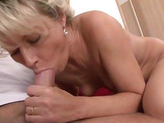 Итальянец пальцами трахает мохнатую пизду одинокой 40 летней хозяйке