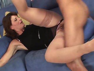 Ненасытный мачо раздвинул ноги старой мамочке в чулках на диване