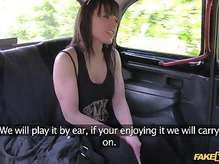 Развратный таксист ебет в машине сексуальную жопастую леди