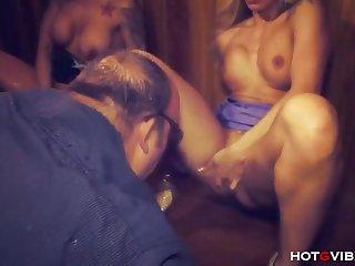 Две роскошные проститутки мастурбируют и сквиртят на публике в ночном клубе