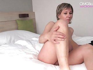 50 летняя нимфа на кровати показывает во всей красе свои зрелые сиськи