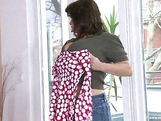 Одинокая одетая 40 летняя хозяйка ласкает свои огромные сиськи