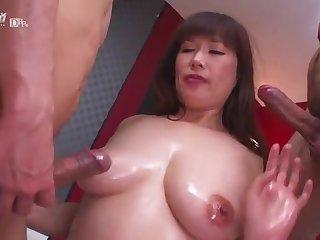 Японское порно двух мужиков и грудастой роскошной матюрки