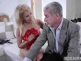 Зрелые муж и жена красиво занимаются любовью пока никого нет дома