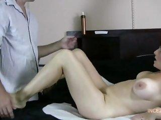 Пацан страстно облизывает сексуальные длинные ноги зрелой тетке в спальне