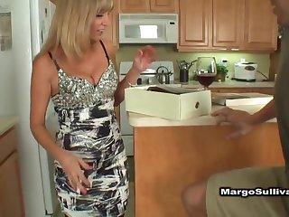 Зрелая соседская дама на кухне раздвигает ноги в чулках и отсасывает член