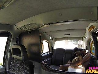 Длинноволосая водительница такси дает прямо в машине своему клиенту