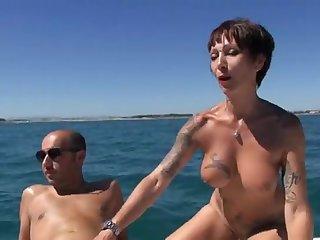 Мужики на катере выебали старую опытную проститутку во все щели