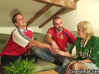 Похотливые развратники после матча вместе выебали свою старую болельщицу