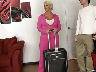 Зрелая дама дала молодому парню в уютной спальне