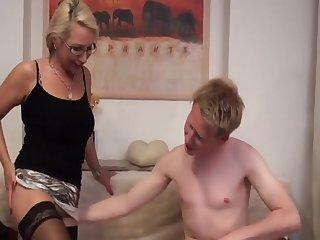Молодой пацан кончил в сочную загорелую жопу старой проститутке