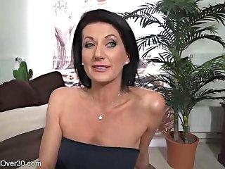 40 летняя худенькая мадам трахает бритую пизду пальчиком